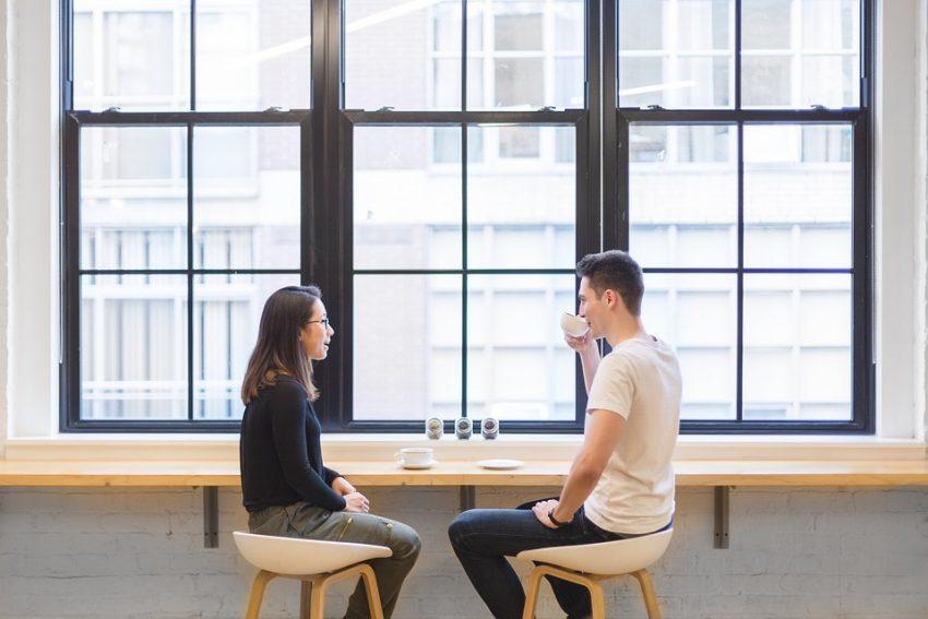 en kvinde og en mand er på date