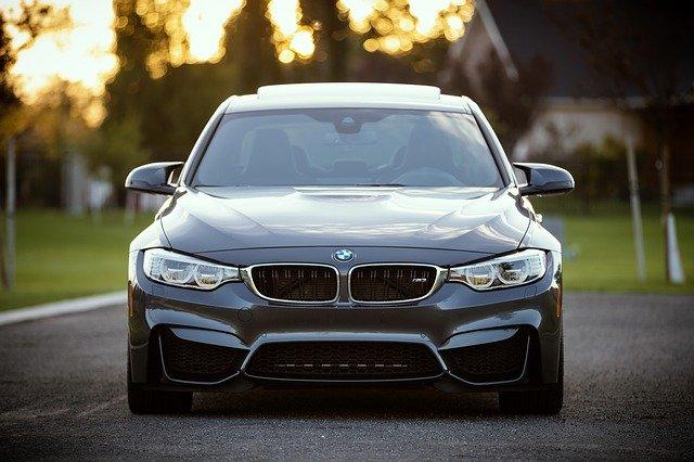 En flot, grå BMW