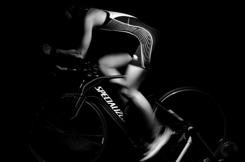 En cyklist træner på sin motionscykel
